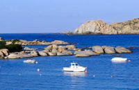Santa Teresa Gallura c'est l'extrême nord de la Sardaigne. Le petit port baigne dans les eaux mouvementées des Bouches de Bonifacio, à 12 km au sud des côtes corses. Entre la très courue Costa Smeralda à l'Est et les rives du golfe de l'Asinara à l'Ouest, les côtes de la pointe nord de la Sardaigne sont superbes. Les impressionnants rochers de granit qui plongent dans l'eau au Capo Testa et sur la ...