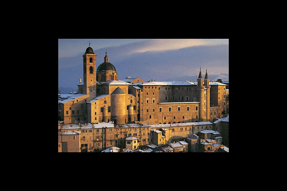 Urbino, avec son passé très riche en art et en histoire, a conservé de nombreux monuments prestigieux: son centre historique appartient au patrimoine UNESCO.