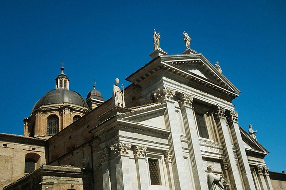 Le Dôme d'Urbino, consacré à Santa Maria Assunta, a été reconstruit après un tremblement de terre qui détruisit l'ancienne église en 1789.