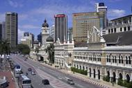 La ville se trouve à l'ouest de la Malaisie, à 45 km de la mer.