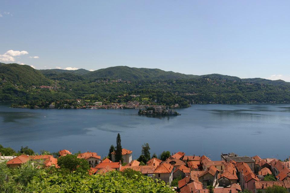 La citta' sorge su un promontorio al centro del Lago Maggiore