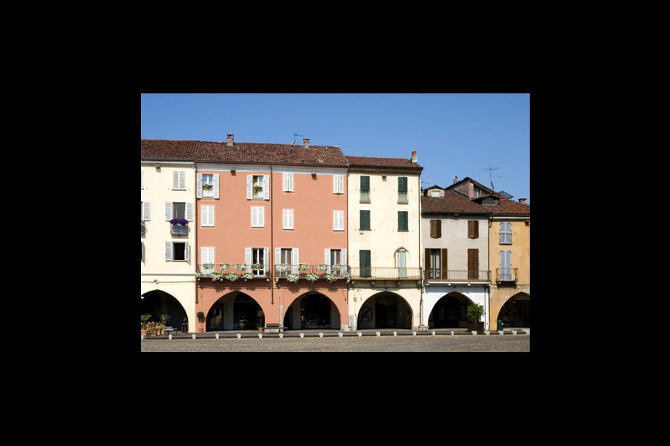 A Vercelli, spicca Piazza Cavour circondata quasi completamente da case porticate.