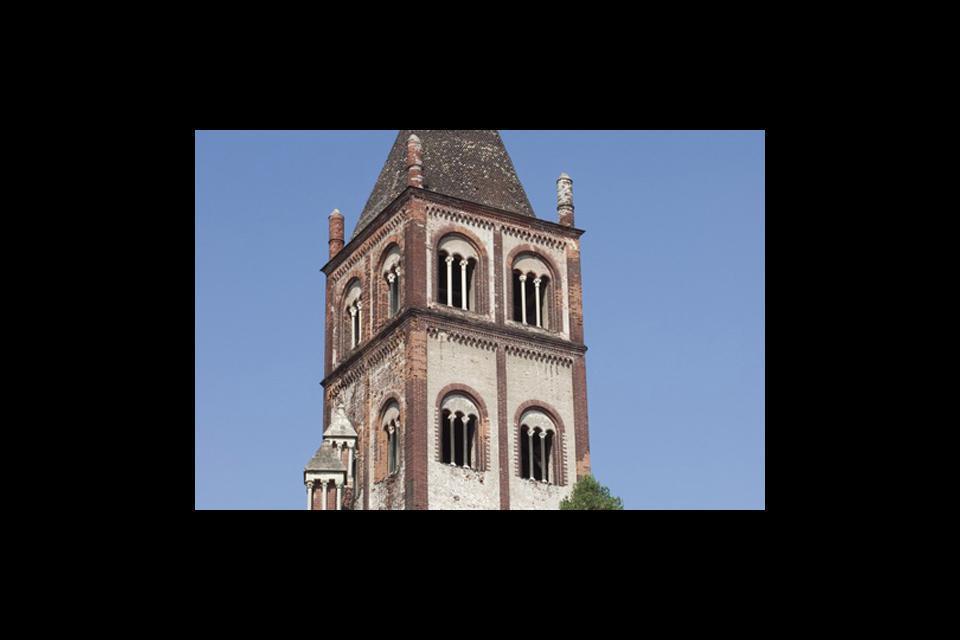 La Basilica di Sant'Andrea è un capolavoro assoluto dell'arte romano-gotica del Nord-Italia.