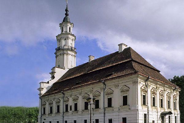 Sur la place Rotušės, l'hôtel de ville du 16e siècle, dans son style baroque tardif, est un des édifices à ne pas manquer dans la vieille ville.