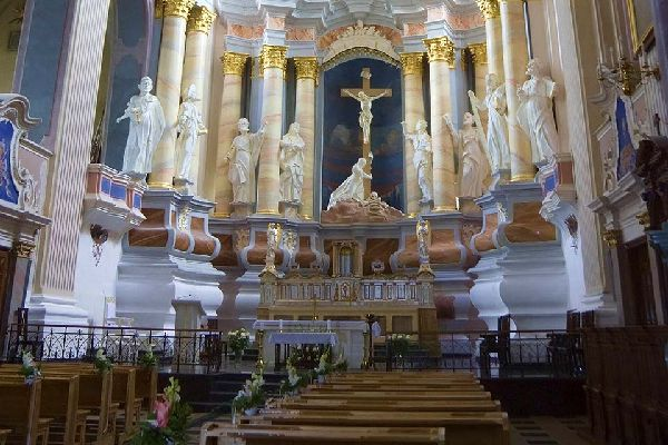 L'église avec sa croix latine est un exemple remarquable de style gothique qui utilise les briques comme matériau de construction.