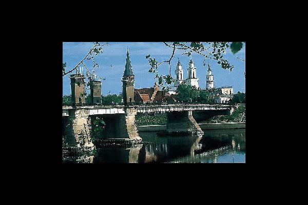 Le vieux centre de Kaunas, le pont Vert et, au fond, l'église baroque Saint Raphaël.