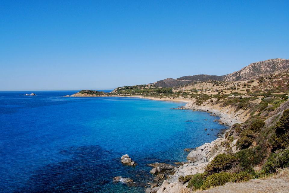 A l'origine, petit village de pêcheurs, Carbonaria, a été rebaptisé Villasimius en 1862. Son étroit lien avec la mer, la beauté de ses paysages bleus cristallins et ses longues plages de sable fin l'ont transformé en une station balnéaire qui attire des touristes européens et du monde entier.  Au sud-est de la Sardaigne à environ 50 kilomètres de Cagliari, Villasimius est accessible par une jolie ...
