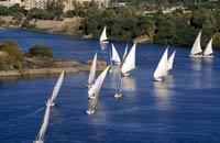 A 880 km du Caire et 225 km de Louxor, direction plein sud, Assouan fut construite à la hauteur de la première cataracte du Nil. D'une importance stratégique considérable, elle contrôlait autrefois le passage des bateaux, ouvrant la voie vers la Nubie et la Somalie. C'est aujourd'hui une ville touristique qui a su garder un charme fou. Les Nubiens sont gens de sourire et de douceur. Le paysage leur ...