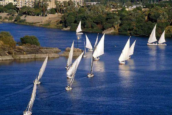 A 880 km del Cairo y a 225 km de Luxor, en dirección sur, Asuán se construyó a la altura de la primera catarata del Nilo. Con una importancia estratégica considerable, en otra época controlaba el paso de los barcos abriendo la vía hacia Nubia y Somalia. En la actualidad, es una ciudad turística que ha sabido conservar un encanto arrebatador. Los nubios son gente sonriente y dulce. El paisaje es su ...