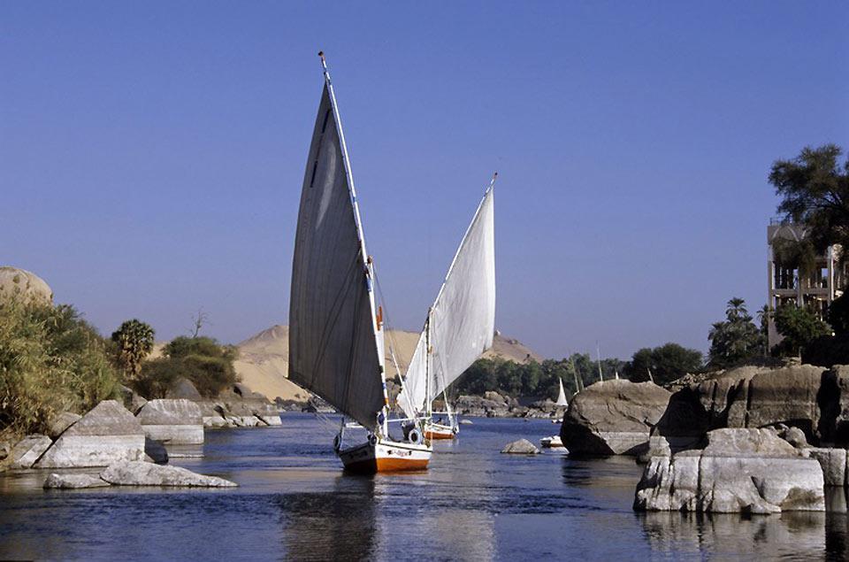 Symboles du fleuves, des felouques se fraient un passage dans la première cataracte du Nil.