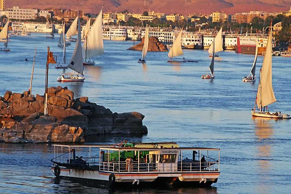 Face à l'île Eléphantine, Assouan offre le spectacles merveilleux du ballet des felouques sur le Nil.