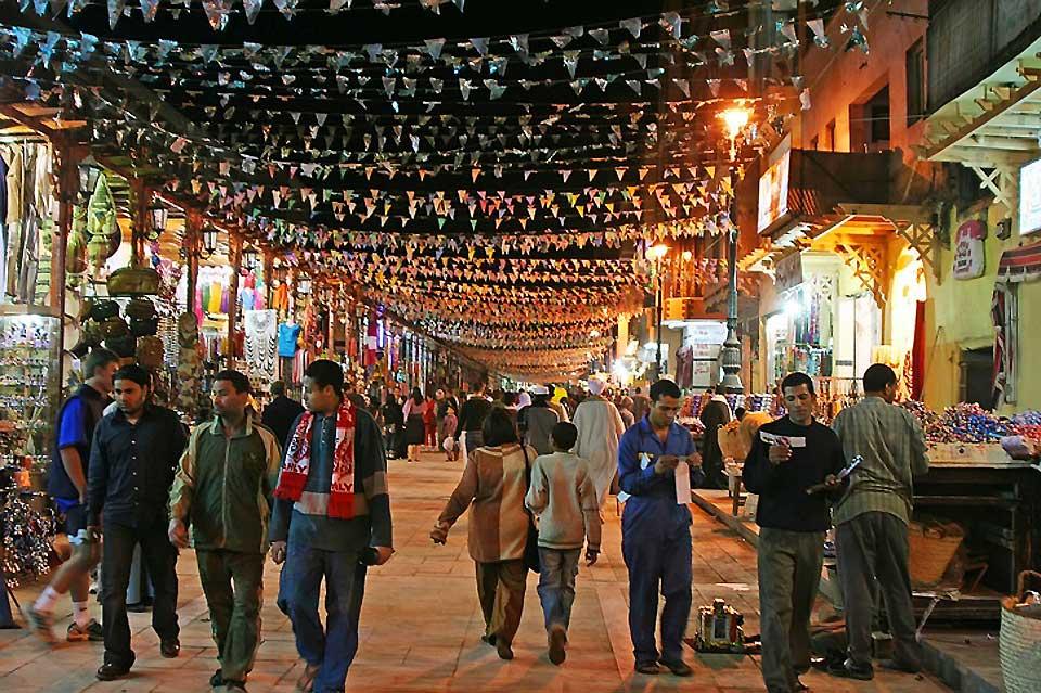 Parallèle à la corniche, le souk d'Assouan est très animé en début de soirée.