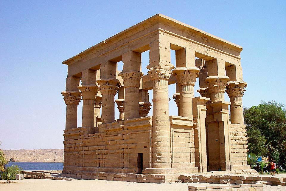 En amont d'Assouan, sur l'île de Philaé, le complexe de temples est consacré au culte d'Isis.