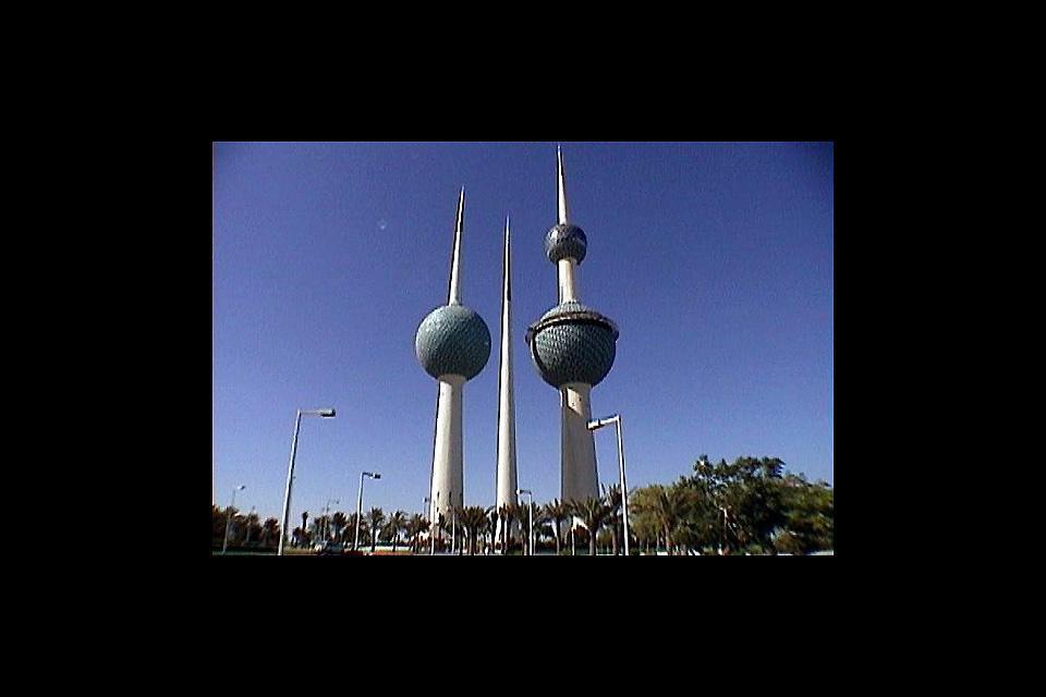 La ville est la capitale du Koweït. Les tours en forme de missile qui se dressent dans toute la ville sont en réalité de modernes aqueducs qui distillent l'eau de mer.