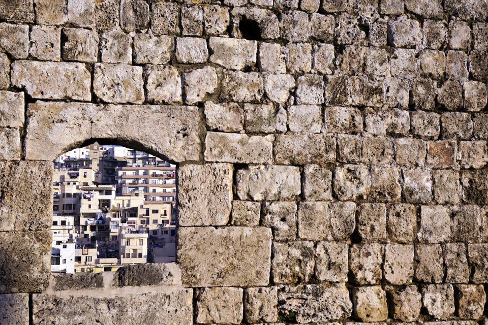 """Tripoli, la seconde ville du Liban (600 000 habitants), possède un centre ancien intéressant. Lorsqu'on apprécie l'atmosphère fébrile des souks, il fait bon y flâner en regardant les détails architecturaux des """"khans"""" (caravansérails servant à la fois d'entrepôts et d'auberges) et des medersas (écoles coraniques). On peut visiter la Grande Mosquée, le château croisé Saint-Gilles et la mosquée de Taynal, ..."""