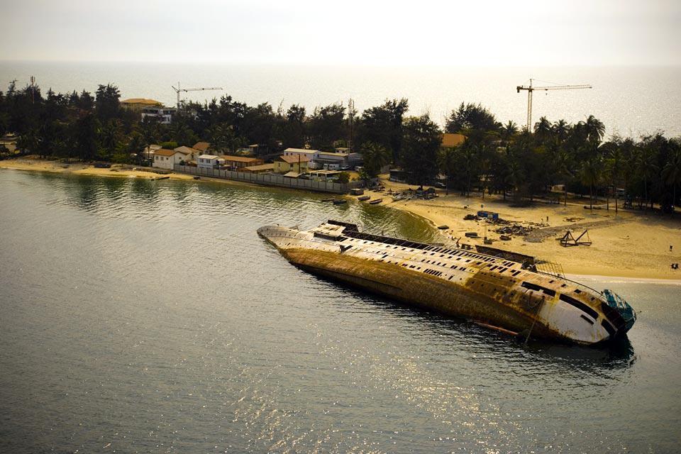 Este barco largo se encalló en una playa al norte de Luanda.