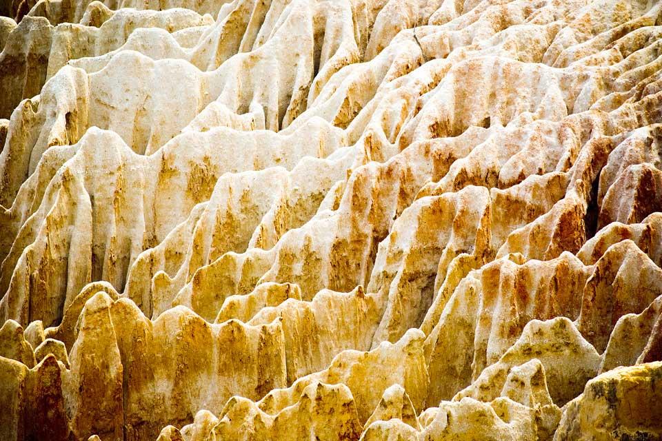 Estos majestuosos acantilados de color ocre situados a 40 km al sur de la capital se fueron formando con el paso del tiempo por la erosión debida a la lluvia y al viento.