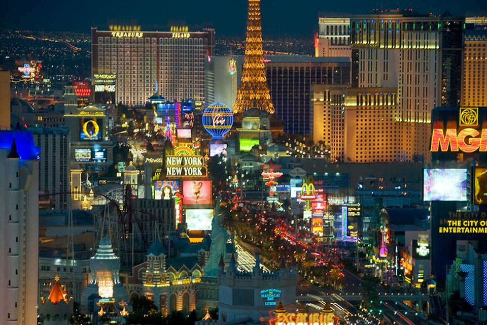 Nineteen of the world's 25 largest hotels are located on the Las Vegas Strip, which boasts a total of over 67,000 rooms