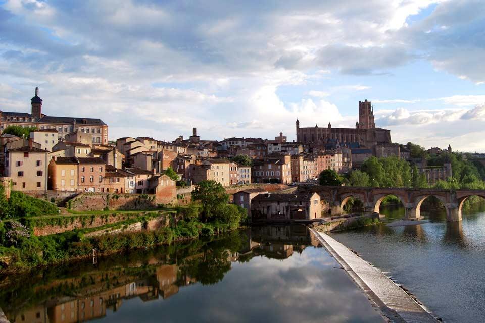 Chef-lieu du département du Tarn en région Midi-Pyrénées, Albi est surnommée la « ville rouge » en raison de la couleur des briques de sa cathédrale et de son centre historique. La ville se distingue par son impressionnante cathédrale fortifiée Sainte-Cécile et son palais de la Berbie, ancien palais des archevêques d'Albi qui dominent le centre-ville historique. Ville natale de Toulouse-Lautrec, Albi ...