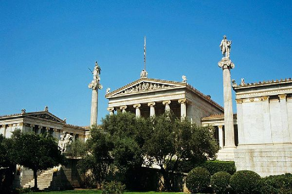 La storica Università di Atene, aperta nel 1837, è la più antica del Mediterraneo dell'Est