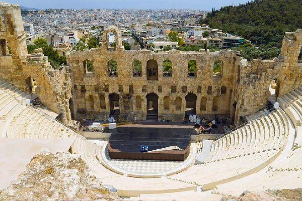 Questo teatro, probabilmente il primo teatro stabile della Grecia classica, fu costruito sul declivio a sud dell'Acropoli