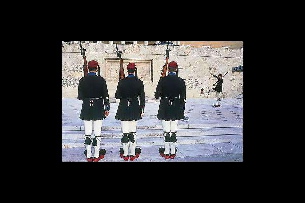 In Piazza Syntagma, ad Atene, gli Evzones sono di guardia di fronte al monumento del Milite Ignoto. Molti turisti si fermano ad osservare il caratteristico cambio della guardia