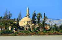 Larnaca (100 000 habitants), dotée d'un aéroport international, est une agréable ville portuaire et balnéaire. Promenade bordée de palmiers le long de la plage où se concentre l'afflux de touristes, marina moderne pour les plaisanciers, ancien quartier turc au bord de l'eau animé de tavernes sympathiques, c'est en somme une ville où le piéton se plaira. Il ira par exemple à la découverte de l'ancienne ...