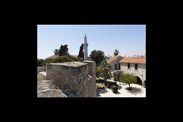 Au sud de la promenade, le fort et son musée médiéval offrent une jolie vue sur le quartier turc et la mosquée Büyük Cami.