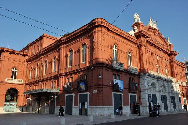 Le théâtre Petruzzelli est le quatrième théâtre italien en termes de dimensions et le plus grand théâtre privé d'Europe.