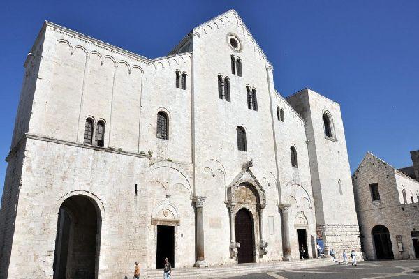 La Basilique, au cœur de la vieille ville, a été construite en style roman entre 1089 et 1197 et abrite les reliques de Saint-Nicolas