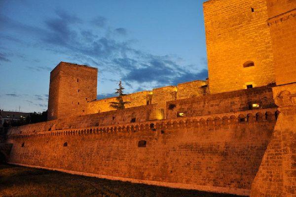 Le parcours sur les anciennes murailles de la ville des Pouilles est extraordinaire