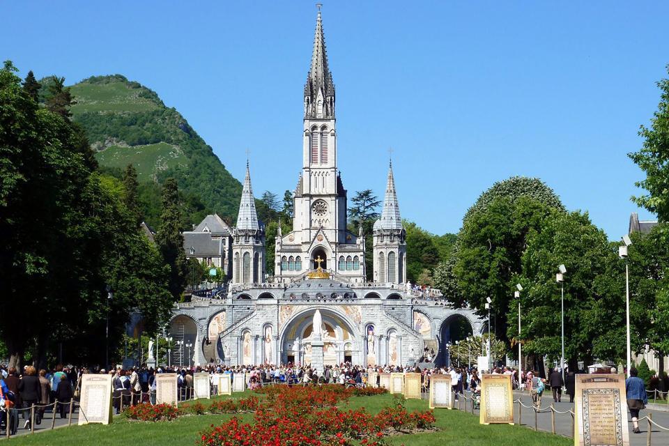 Réputée pour être un haut lieu de prière, la ville de Lourdes, située dans la région Midi-Pyrénées, est avant tout connue grâce à ses nombreux pèlerinages, une dizaine de marches débute chaque jour. Lourdes a su faire de son patrimoine historique sa principale activité. Plus grand centre de pèlerinage en France et troisième dans le monde, après le Vatican et Notre-Dame de Guadalupe, la ville attire ...