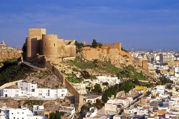 Almería était à l'époque la plus grande forteresse construite par les musulmans en Espagne. Sa triple muraille protégeait les palais et les mosquées. Depuis les Murailles de Hayrán, sur la Colline de San Cristóbal, vous observerez désormais de splendides panoramas sur la vieille ville et le port. Le reste de la population s'étendait au-delà de l'alcazaba. Aujourd'hui, ce sont les habitations troglodytes ...