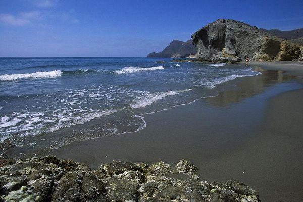 Nei dintorni di Almería si trovano magnifiche e vaste spiagge incontaminate circondate da scogliere.