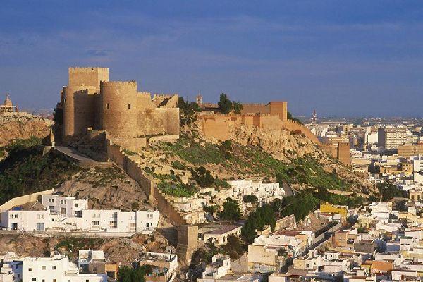 Cette forteresse datant du XIIIème siècle est la plus grande d'Andalousie. Ses imposantes murailles et ses magnifiques jardins valent le détour.