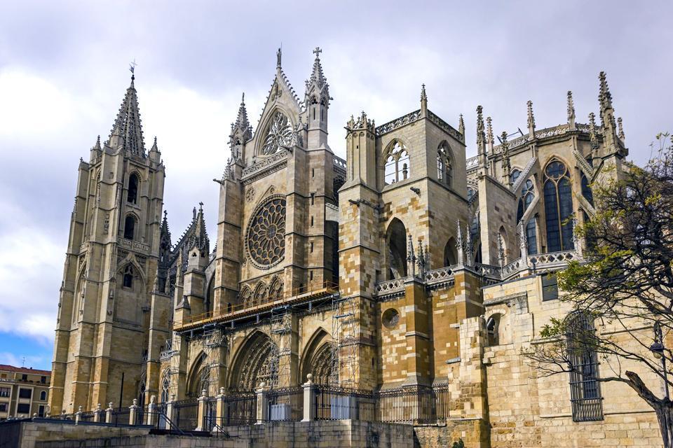Millénaire, accueillante, calme et croisée des chemins de Saint-Jacques de Compostelle. La ville de León peut à juste titre s'enorgueillir d'un riche patrimoine médiéval et moderne, et surtout d'avoir un vitrail qui compte parmi les plus beaux du monde dans sa cathédrale, qui à son tour est l'un des meilleurs exemples de l'architecture gothique espagnole.Tant sereine que vivante, elle accueille avec ...