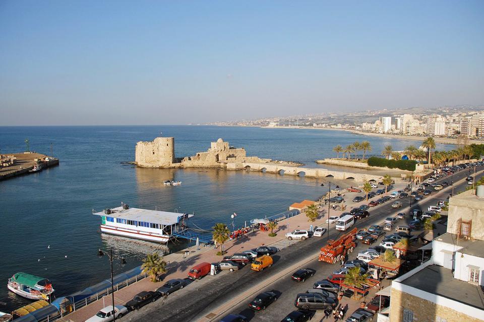 Saïda est la 'capitale' du Sud-Liban. La Sidon de l'Antiquité a connu, dans l'Histoire, de nombreuses périodes de prospérité. De sa grandeur du temps de l'Empire perse, il reste le temple d'Eshmoun (à 4 km au nord-est), édifié au Ve siècle avant JC. On se promènera également avec plaisir dans les souks face au port, où se trouve le château de la Mer, forteresse croisée du XIIIe siècle....