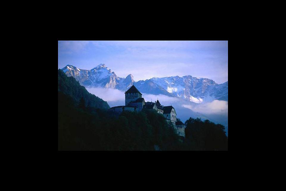 El castillo de Vaduz, sede de los príncipes de Liechtenstein, se encuentra cerca de la capital homónima del principado.