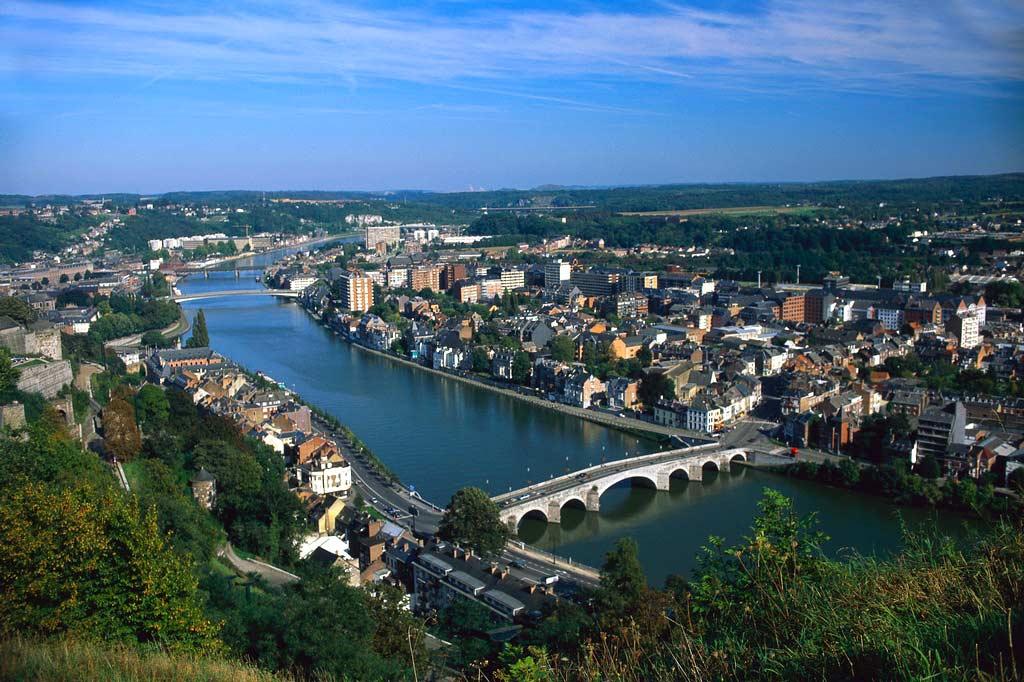 Am Zusammenfluss von Maas und Ourthe liegt Lüttich, ein Flusshafen und die drittgrößte Stadt Belgiens, inmitten eines Beckens, das von Hügeln umgeben ist. Die Stadt ist äußerst belebt und die Einwohner sind sehr gastfreundlich. Besuchen Sie die Zitadelle, um die Aussicht auf die Stadt zu genießen. In der Altstadt liegt der Palast der Prinzbischöfe, der im 16. Jahrhundert wieder aufgebaut wurde. Seine ...