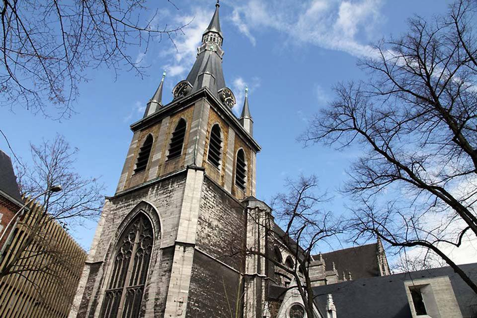 La cattedrale ospita il Tesoro nel quale si possono ammirare opere d'arte uniche che raccontano la storia dell'antico principato di Liegi.