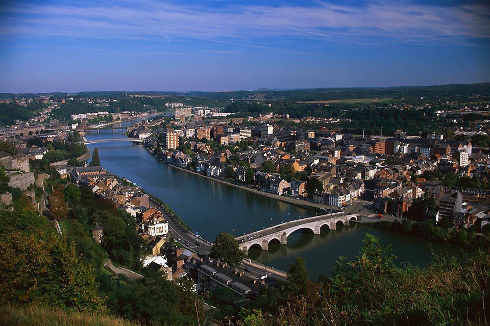 Lüttich ist gut eine Stunde von Brüssel entfernt. Touristen reisen aufgrund der lebhaften Stadtviertel und der besonderen Architektur gerne in diese belgische Stadt.