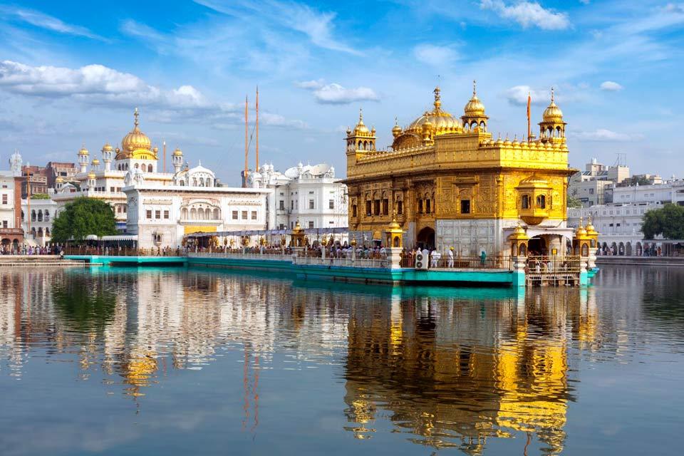Amritsar ist die Wiege der Nation der Sikh. Besichtigen Sie den Goldenen Tempel, den heiligen Altarraum der Sikhs und das Juwel von Punjab. Die Stadt mit ihren 710000 Einwohnern wurde nach dem Pool, der die Stadt umgibt, benannt. Um dieses wunderbare Bauwerk im Herzen der Altstadt betreten zu können, müssen Sie Ihre Schuhe ausziehen und sich den Kopf bedecken. Schlendern Sie entlang der mit Perlmutt, ...