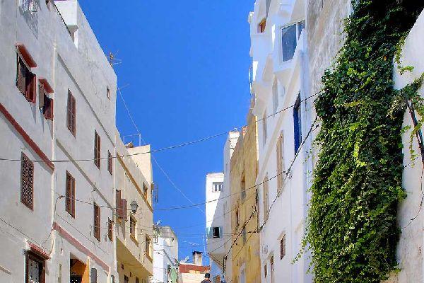 A une quarantaine de kilomètres au sud de Tanger, la petite ville d'Asilah offre une halte paisible à l'intérieur de ses remparts fortifiés du XVème siècle. Du haut des larges murailles ocres, flanquées de deux bastions, vous pouvez admirer la mer, la médina et les ruelles bordées de maisons blanches. Terre d'accueil pour de nombreux artistes, les façades de la ville servent également de support pour ...
