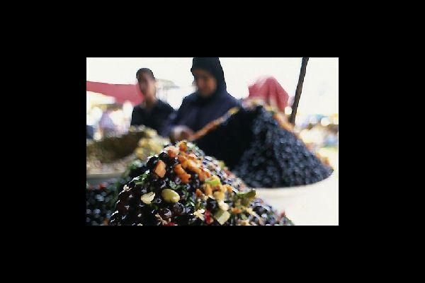 Les olives font partie des ingrédients de base de la cuisine marocaine. Au souk d'Asilah, vous en trouverez certainement.