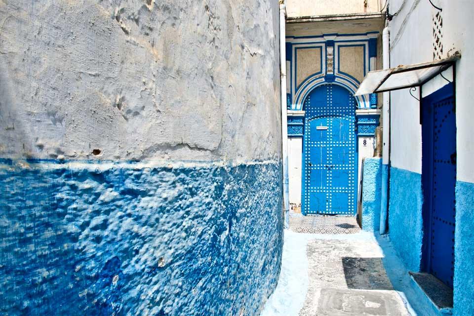 Séparée de Rabat par un estuaire, Salé conserve un monument Mérinide parmi les plus anciens du Maroc : la porte Bab el Mrisa. Vous y découvrirez également la médina dont les ruelles étroites forment un vrai labyrinthe, la médersa el Hassan, un lieu d'étude coranique, et le Borj, un bastion du XVIIème siècle offrant une belle vue sur l'océan, l'estuaire et Rabat. Le souk el Ghezel pour la laine et le ...