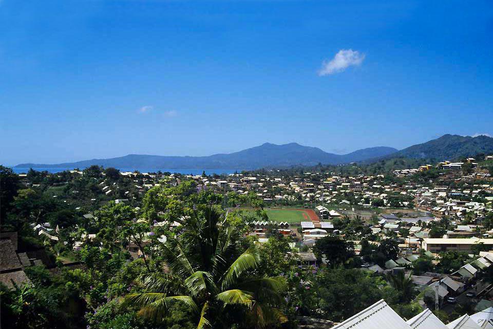 Mamoudzou liegt im Nordosten von Grande Terre und ist mit 31000 Einwohnern die bei weitem größte Stadt von Mayotte. Besuchen Sie zuerst das Künstler viertel in der Nähe der Rue du Commerce. Hübsche kreolische Häuser beherbergen Geschäfte, die auf Korbwaren und Juwelierwaren spezialisiert sind. Halten Sie sich dann in Richtung des ehemaligen Gouverneurshauses, um die Aussicht auf die Lagune genießen ...