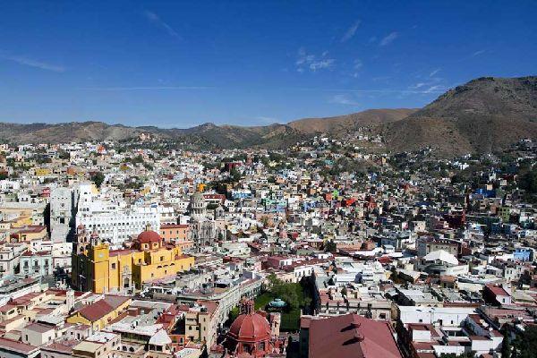 Circondata da colline aride e sassose, la capitale dello stato di Guanajuato deve il suo splendore alla scoperta del filone della Valenciana, uno dei più leggendari giacimenti d'argento del mondo. Inaugurato nel 1548, è ancora oggi in uso. Con le sue case colorate, l'intensa vita culturale e universitaria (a immagine del festival internazionale del teatro, che si svolge in ottobre), Guanajuato è una ...