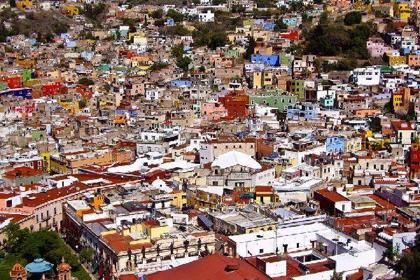 Sono tipiche della città le case colorate a tinte calde. Anche la Basilica della città riporta gli stessi colori.