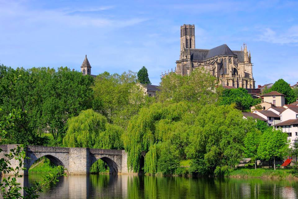 Surnommée la ville rouge, Limoges est classée parmi les 146 villes ayant obtenu le label ville d'art et d'histoire. Datant de plus de 2000 ans, la qualité de son patrimoine et ses célèbres arts du feu (vitrail, émail, porcelaine) donnent une identité forte à la ville. Située dans le sud-ouest de la France dans la région du Limousin, la commune, à taille humaine, ne révèle cependant pas tous ses charmes ...