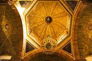 Une architecture murale très ancienne qui est composée de matériaux précieux comme l'or.